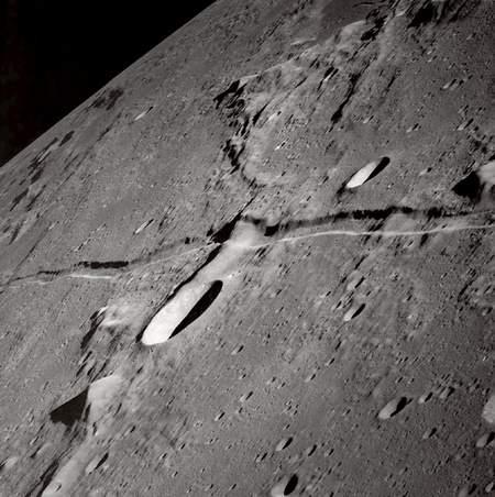 """Foto bagian Bulan ini diperoleh dari NASA pada tahun 1969 dari ketinggian 14 Km dari permukaan Bulan, menunjukkan bahwa keadaan celah itu memperlihatkan efek """"Fusi"""" maka mereka pun menganggap penyebab efek tersebut disebebkan oleh cairan Lava yang keluar dari celah-celahnya lalu menutupi celah tersebut."""