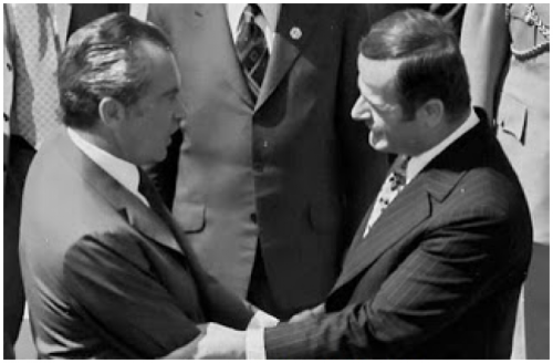 Presiden Amerika, Nixon berjabat tangan dengan Presiden Suriah, Hafez Assad (Bapaknya Basyar Asad) pada tahun 1974